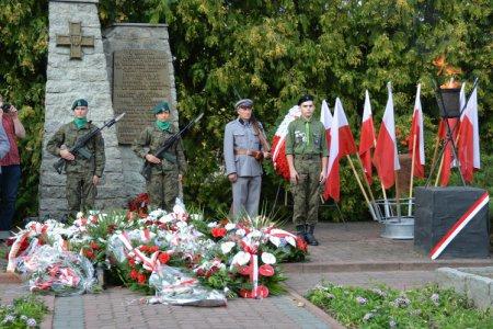 Warta honorowa przy Kwaterze Wojska Polskiego i Ofiar Terroru, przy ul Gostkowskiej.