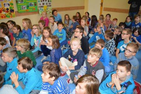 Grupa uczniów szkoły podstawowej podczas lekcji historii Ciechanowa
