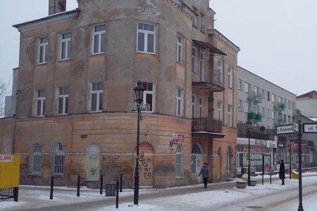 Zabytkowa kamienica przy ul. Warszawskiej. Obecnie nie jest użytkowana, widać zniszczoną elewację