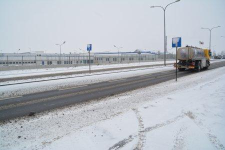 Zaśnieżona ulica Mleczarska, którą jedzie samochód ciężarowy