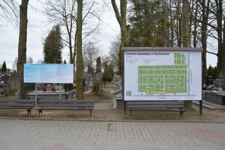 Na cmentarzu komunalnym przy głównej alei tuż obok wejścia stoi tablica z mapą nekropolii. Wzdłuż alei ustawione są ławki