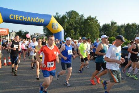 Wielu biegaczy ruszyło z linii startu pod nadmuchiwaną bramą z napisem Ciechanów i herbem miasta - św. Piotrem z kluczem w rękach