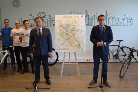 W czasie konferencji prasowej w ratuszu. Prezydent Ciechanowa Krzysztof Kosiński i marszałek województwa mazowieckiego Adam Struzik prezentują mapę z zaznaczoną siecią planowanych ścieżek rowerowych.