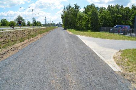 Fragment odnowionej biegnący drogi wzdłuż Alei Niepodległości