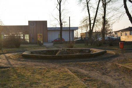 Stara fontanna przed dworcem w nowym wydaniu