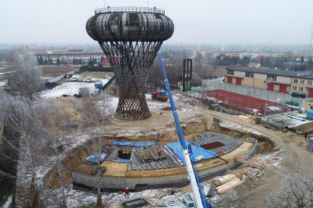 Wieża ciśnień - zdjęcie wykonane przy pomocy drona. Z góry widać powstający budynek parku nauli