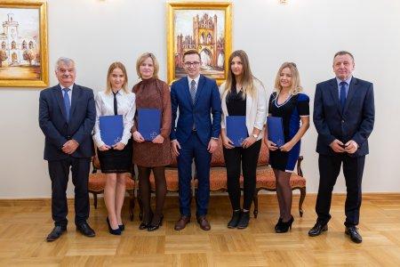 Pamiątkowe zdjęcie studentów, przedstawicieli uczelni i prezydenta miasta po wręczeniu nagród