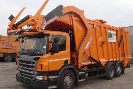 Pojazd do odbioru odpadów z koszy przydomowych i od firm. Z przodu posiada specjalne widły do unoszenia pojemników ze śmieciami. W tyłu zbiornik na zebrane śmieci