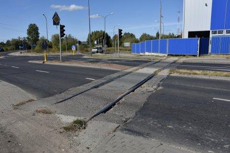 Tory kolejowe biegnące w poprzek jezdni
