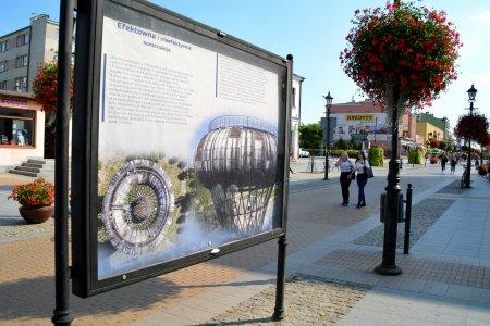 Jedna z gablot wystawowych na ul. Warszawskiej. W gablocie zdjęcia i informacje o wieży ciśnień