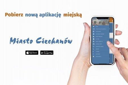 Grafika zachęcająca do pobrania nowej aplikacji Miasto Ciechanów. Po prawej stronie w kobiecych dłoniach telefon z uruchomioną aplikacją. Pozostałą cześć grafiki zajmują napisy: Poznaj nową aplikację miejską, poniżej Miasto Ciechanów. Pod nazwą aplikacji ikonki App Store i Google Play