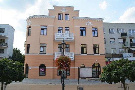 Kamienica przy ul. Warszawskiej 18, mieści sie tu placówka kulturalna