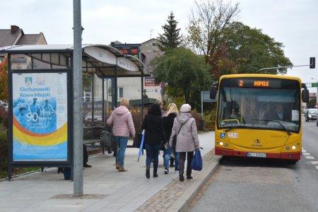Na przystanek komunikacji miejskiej wjeżdża autobus, do którego podchodzą pasażerowie