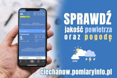Po lewej stronie grafiki dłoń trzymająca telefon z uruchomioną aplikacją. Po prawej napis: Sprawdź jakość powietrza oraz pogodę w Ciechanowie; ciechanow.pomiaryinfo.pl.