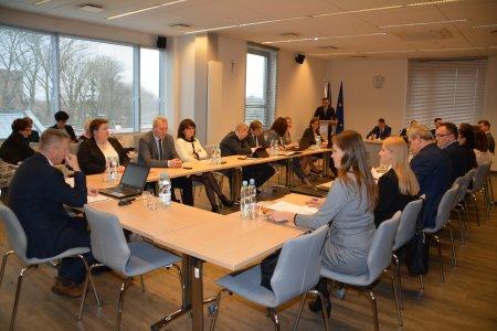 Radni siedzą za stołami w sali konferencyjnej Urzędu Miasta. Trwa sesja Rady Miasta.