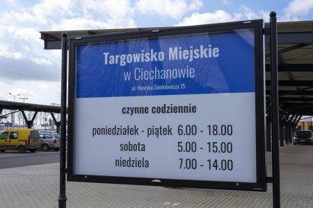 Tablica na targowisku miejskim przy ul. Sienkiewicza, informująca o godzinach pracy targowiska