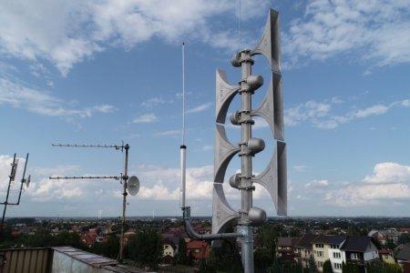 Antena systemu powiadamiania mieszkańców, zamontowana na dachu ratusza. Składa się z masztu, na którym zamontowanych jest sześć megafonów, po trzy na dwie, przeciwne strony świata.