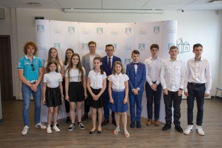 Uczniowie z nagrodami od prezydenta