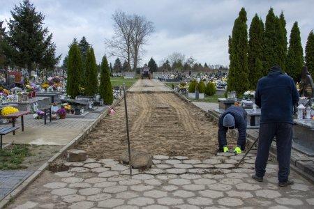 Remont głównej alei na cmentarzu