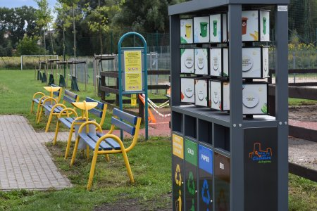 Edukacyjny zestaw pojemników na odpady.
